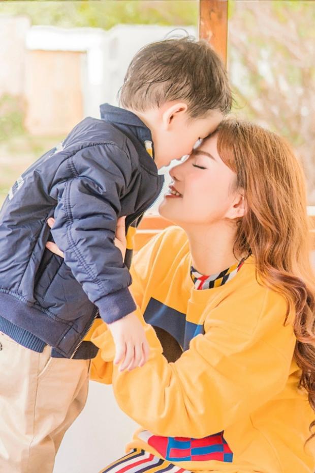 Con trai Thu Thủy ngày càng ra dáng hotboy, vui vẻ tạo dáng bên mẹ