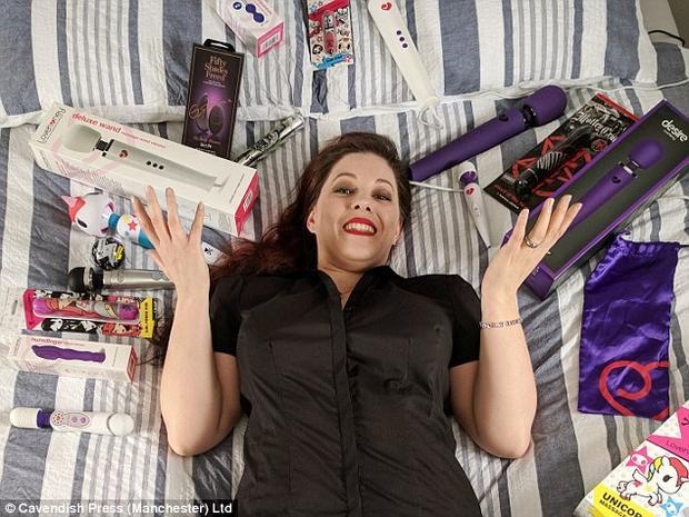 Cara Douglas từ bỏ công việc ngân hàng để trở thành chuyên gia thử nghiệm đồ chơi tình dục.
