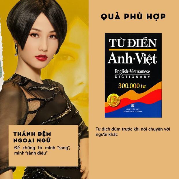 """Đối với một người """"sính ngoại"""", luôn tỏ ra sành điệu như cô nàng Thánh Đệm ngoại ngữ Helen (Diễm My 9x), một cuốn từ điển Anh - Việt để tra từ chắc chắn là món quà thích hợp nhất."""