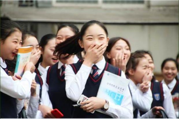 Các nữ sinh đã vô cùng ngạc nhiên và xúc động trước món quà có 1-0-2 của nam sinh.