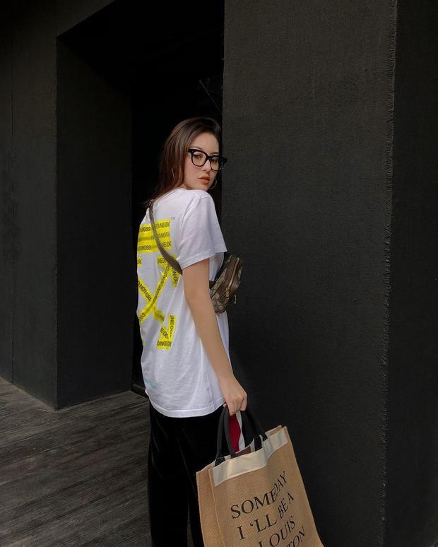 """Off-White có lẽ là nhãn hàng street wear có nhiều item phù hợp với các cô gái. Hà Lade """"chất lừ"""" với áo thun Off-White cùng túi đeo chéo Gucci."""