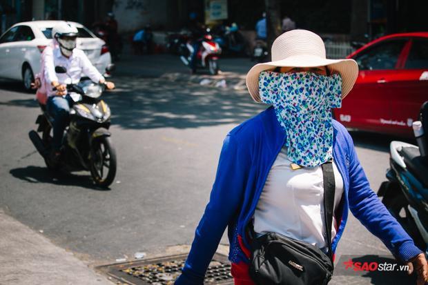 Phụ nữ thì bịt kín toàn thân để tránh nắng nhưng vẫn không khỏi cảm giác bỏng da.