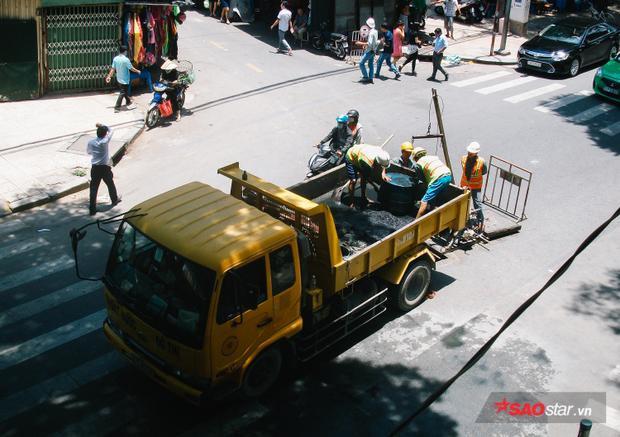 Công nhân cầu cống phải làm việc không nghỉ trong cái nắng 37 độ tại giữa ngã tư Huỳnh Thúc Kháng - Tôn Thất Đạm.