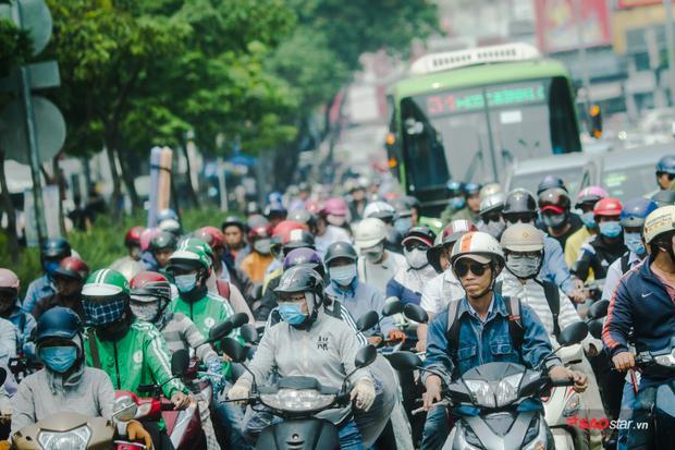 Thời tiết Sài Gòn đạt đỉnh điểm 37 độ khiến người dân khó chịu, ngột ngạt, phải che kín từ đầu đến chân khi ra đường.