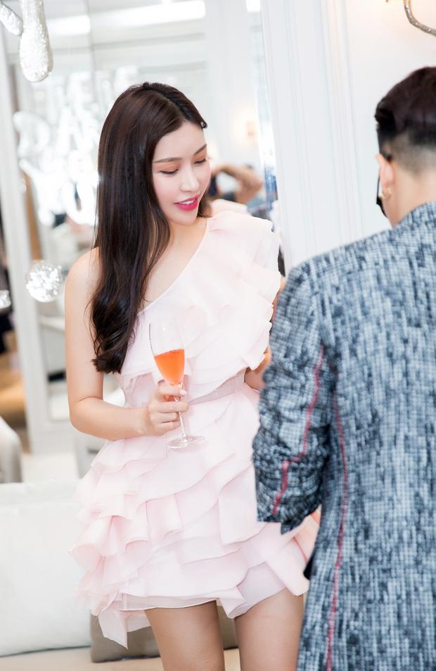 Lam Cúc được biết đến kể từ khi đăng quang ngôi vị cao nhất ở cuộc thi Hoa hậu Doanh nhân người Việt thế giới 2016 tổ chức tại California - Mỹ. Cô sở hữu làn da đẹp và nụ cười tươi sáng.Sinh năm 1987, Lam Cúc hiện tại không tham gia làng giải trí quá nhiều mà tập trung vào kinh doanh. Cô cũng là khách mời quen thuộc của các sự kiện lớn showbiz, bên cạnh đó Lam Cúc còn là tay chơi hàng hiệu nổi tiếng.