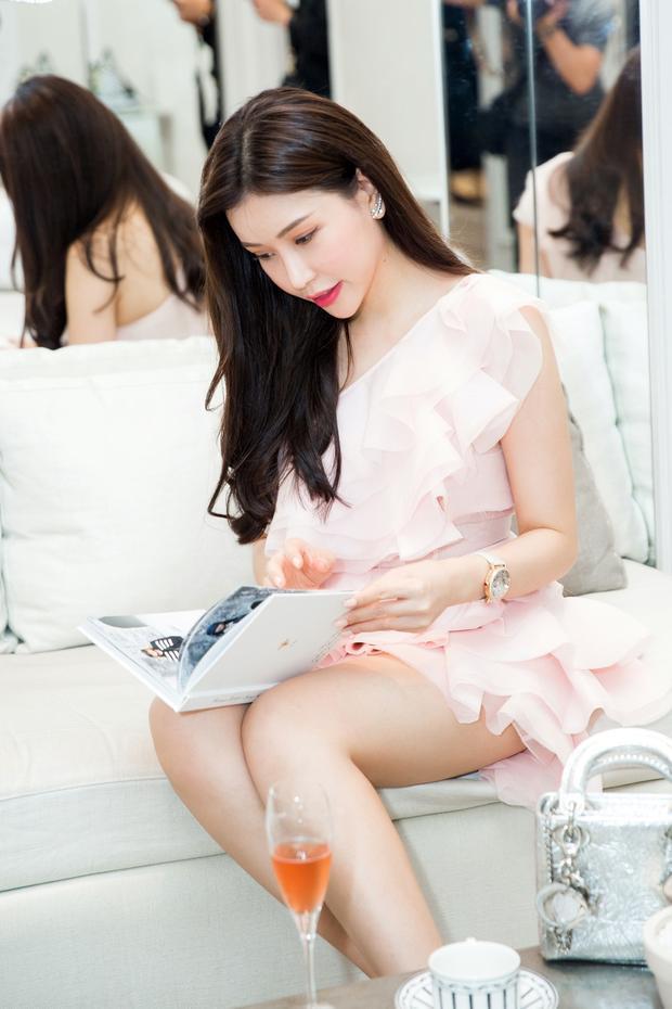 Hoa hậu Doanh nhân người Việt thế giới 2016 khoe vẻ đẹp quyến rũ, sexy với váy, áo mỏng manh kiểu dáng lệch vai điệu đà.