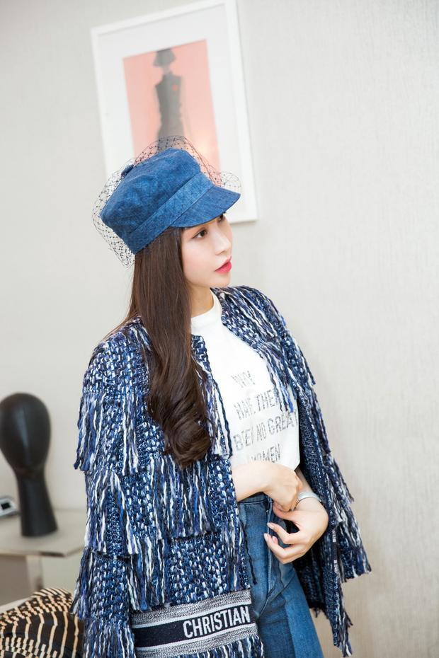 """Mặc dù hơn Angela Baby 2 tuổi nhưng Hoa hậu Lam Cúc vẫn xinh đẹp và trẻ trung không hề thua kém. Ngoài vai trò là điều hành một thương hiệu làm đẹp nổi tiếng, Hoa hậu Lam Cúc còn khiến nhiều người ngưỡng mộ bởi gu thời trang đẳng cấp và """"chất"""" như những fashionista thực thụ."""