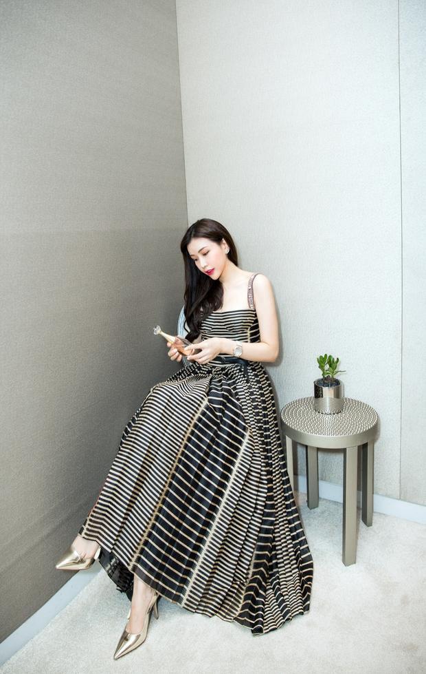 Với nhan sắc rạng rỡ cùng phong cách thời trang thanh lịch, quyến rũ, mỗi lần xuất hiện Hoa hậu Lam Cúc luôn thu hút người đối diện.