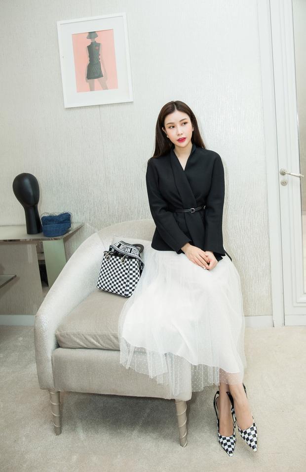 Không chỉ xinh đẹp, sở hữu chuỗi hệ thống viện thẩm mỹ uy tín, Hoa hậu Lam Cúc còn là tín đồ của những món hàng hiệu đẳng cấp.