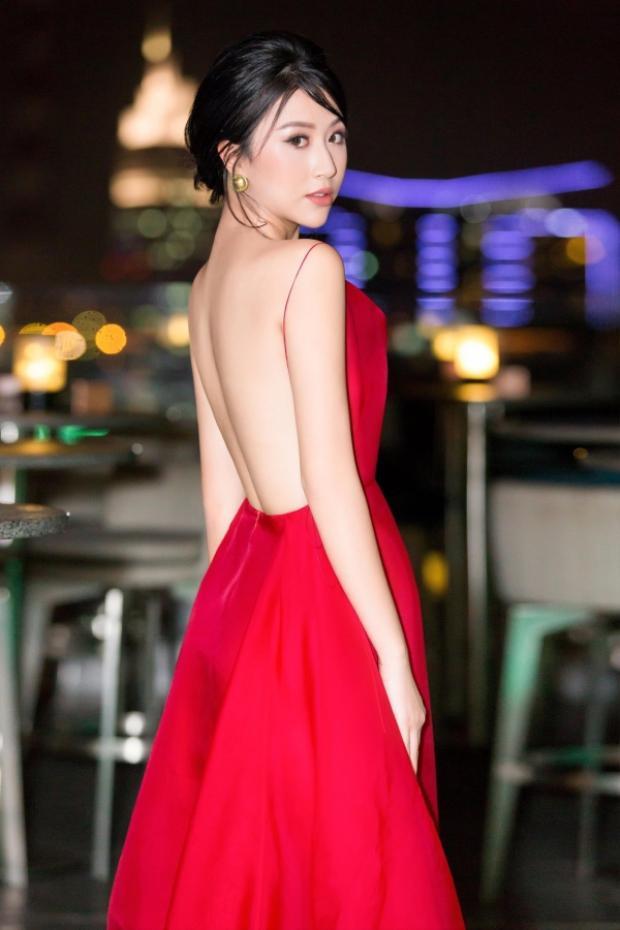 """Chiếc đầm """"kín trước hở sau"""" giúp Quỳnh Anh khoe trọn bờ lưng trần nõn nà. Ngoài ra, hoa tai ánh vàng cũng là một điểm nhấn đặc biệt cho tổng thể trang phục."""