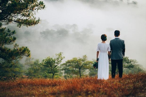 Những ngày này, trên ngọn đồi Thiên Phúc nhiều bạn trẻ, cặp đôi đã lựa chọn đây là điểm dừng chân cho những bộ ảnh kỷ niệm. Với những nhiếp ảnh gia, họ lựa chọn đến đây săn khoảnh khắc mây vờn núi hay bối cảnh thành phố chìm trong màn sương. Khi ánh nắng vừa lên xen giữa làn mây hay ánh đèn thành phố len lỏi trong tầng mây, khi ấy bạn bỗng thấy yêu mảnh đất này đến kỳ lạ. Ảnh: Phan Anh Tuấn