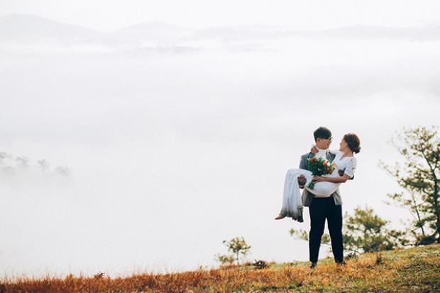 Tháng 3 này, Đà Lạt mang vẻ đẹp vô cùng quyến rũ. Trên những đồi chè mơn mởn, từng đợt sương bay khiến ai ai cũng cảm nhận được sự ảo diệu của núi đồi. Ảnh: Phan Anh Tuấn