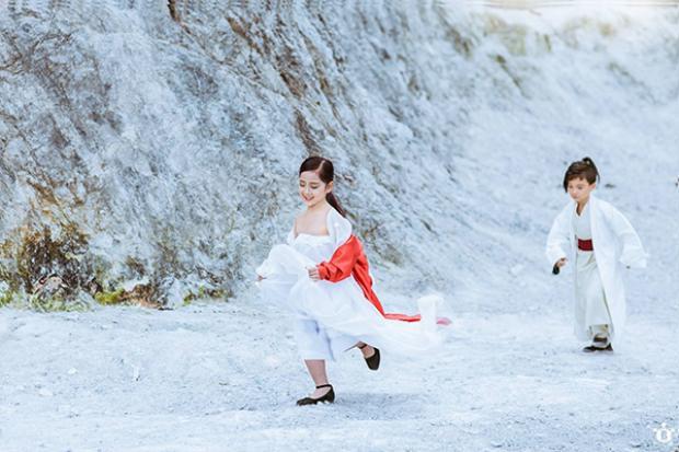 """Chỉ cách TP. Hà Nội 140km, ngọn núi Đá Trắng ở Mai Châu, Hòa Bình là điểm đến hấp dẫn với các bạn trẻ. Núi Đá Trắng được ví """"ngọn đồi Bắc Âu"""". Ảnh: Đỗ Xuân Bút"""