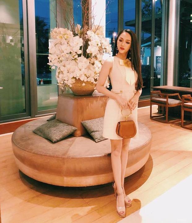 Trong ngày thứ 3 của cuộc thi, Hương Giang chọn cho mình chiếc váy ngắn đơn giản và nữ tính của NTK Lê Thanh Hòa.