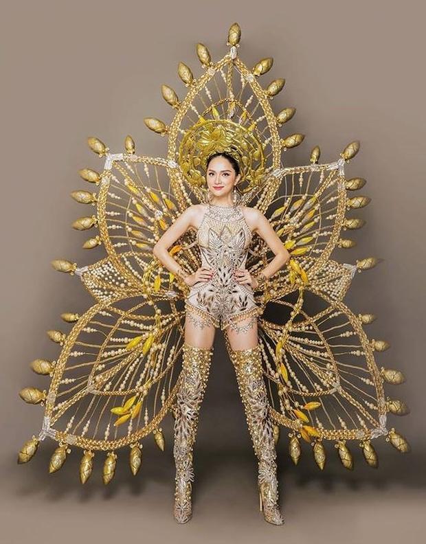 Đặc biệt trang phục dân tộc có lẽ là trang phục gây dấu ấn mạnh mẽ nhất trong loạt trang phục của Hương Giang tại cuộc thi.
