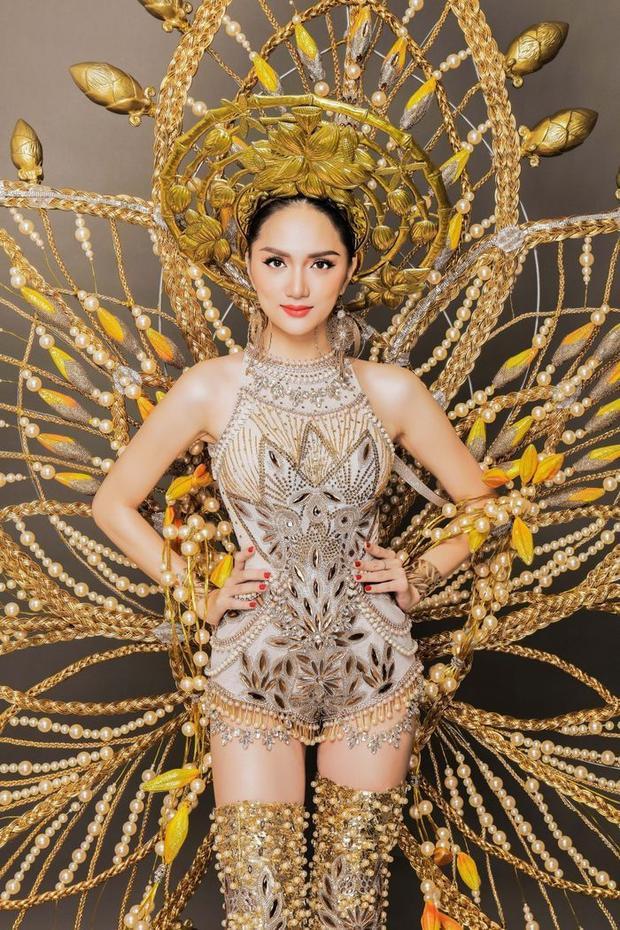 """Được biết bộ trang phục lấy ý tưởng từ làng nghề đan tre nứa truyền thống, kết hợp biểu tượng quốc hoa của Việt Nam - đóa sen. Nhờ bộ cánh này Hương Giang đã nhận được vô số lời khen """"có cánh"""" của công chúng trong nước và quốc tế."""