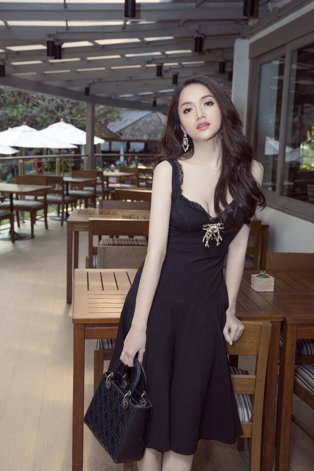 Đây là hình ảnh đầu tiên của người đẹp khi đặt chân đến đất nước Thái Lan. Trong bộ đầm đen đơn giản thanh lịch, đại diện Việt Nam thu hút sự chú ý của công chúng nước bạn.