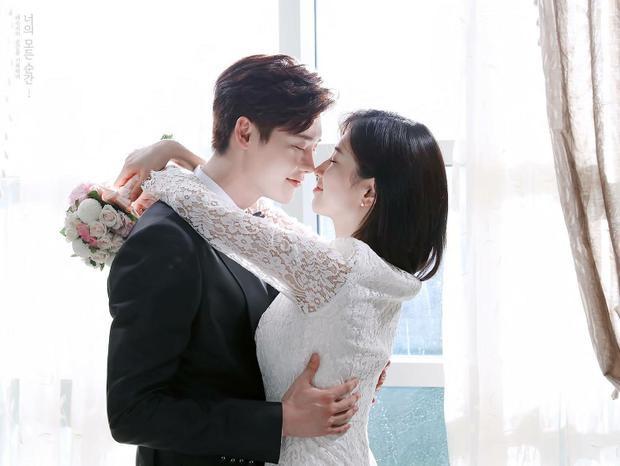 """Tuy nhiên, sau tin tức Suzy hẹn hò Lee Dong Wook sáng nay, fan chuyển sang """"đau lòng"""" thay cho Lee Jong Suk khi anh luôn là """"khách mời"""" trong chuyện tình của các cặp đôi mà chưa từng một lần được công khai bạn gái chính thức."""