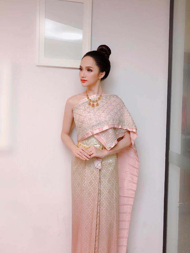 """Trong trang phục truyền thống của nước chủ nhà Thái Lan, Hương Giang Idol chứng tỏ khả năng làm chủ """"cuộc chơi"""" với son cam. Quả thực, hiếm có màu son nào vừa trẻ trung lại vừa gợi cảm giác năng động, hoàn toàn hợp với mùa nắng như sắc thái yêu kiều này."""
