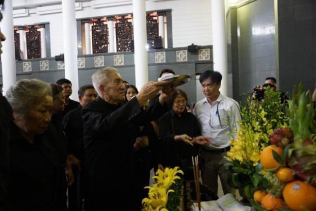 Ông Trịnh Lương, người con trai cả (đang dâng hương)muốn bán biệt thự 34 Hoàng Diệu cho Nhà nước.