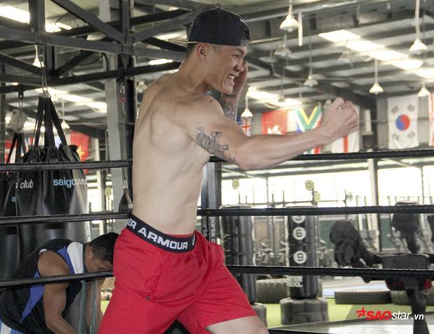 Võ sĩ Đình Hoàng thi triển một số đòn boxing trong buổi có mặt tại TP.HCM.
