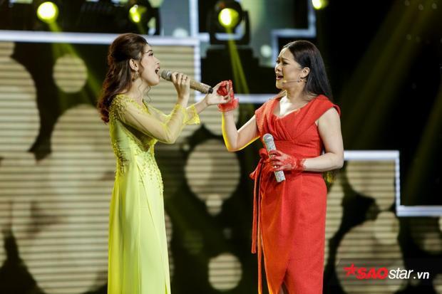 """HLV Như Quỳnh một lần nữa không thể ngồi yên khi nghe Khánh Linh thể hiện một trong số bài """"tủ"""" Ly rượu mừng."""