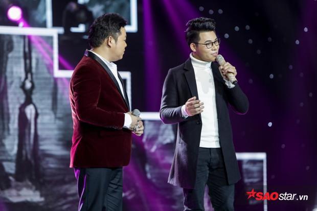 Chàng tiến sĩ 9x rất biết cách khoe giọng khi thể hiện Mưa đêm tỉnh nhỏ khiến HLV Quang Lê phải cầm mic lên sân khấu cùng song ca.