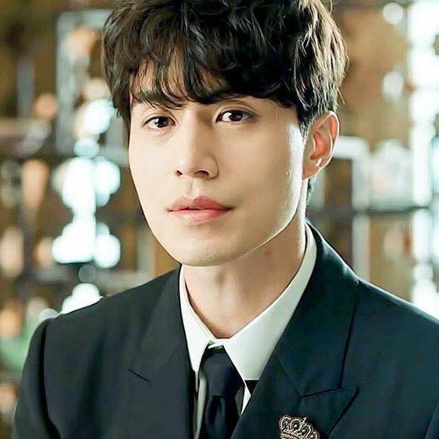 """… Thì bạn trai mới của Suzy là Lee Dong Wook cũng cực kì hot qua hình tượng thần chết điển trai, mít ướt trong siêu phẩm """"Goblin"""" hồi năm ngoái. """"Goblin"""" cũng là """"đứa con"""" của Kim Eun Sook!"""