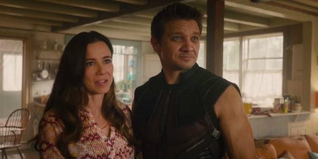 Hawkeye và vợ của mình.