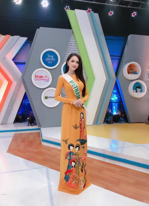 Hương Giang diện áo dài nền nã giao lưu cùng kênh truyền hình nổi tiếng tại Thái Lan.