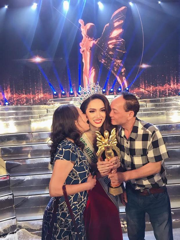 Bố mẹ Hương Giang chúc mừng con gái đăng quang hoa hậu.