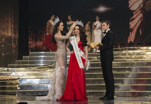Giây phút đăng quăng của Hương Giang tại Miss International Queen 2018.