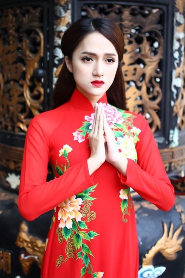 Tân hoa hậu chuyển giới Quốc tế mặc áo dài màu đỏthêu họa tiết nổi bật, khoe vẻ e ấp và duyên dáng.
