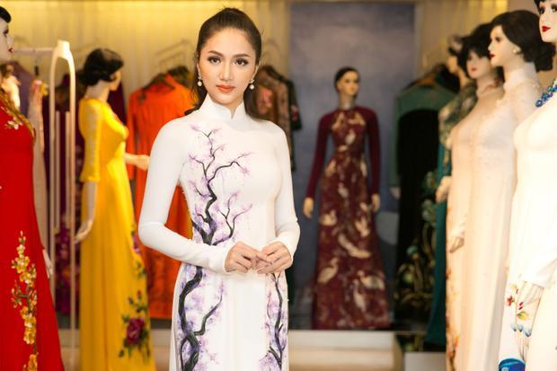 Hương Giang có vẻ đẹp sắc sảo, mặn mà nên trong tà áo dài người đẹp vô cùng quyền lực toát lên thần thái sang trọng, quý phái.