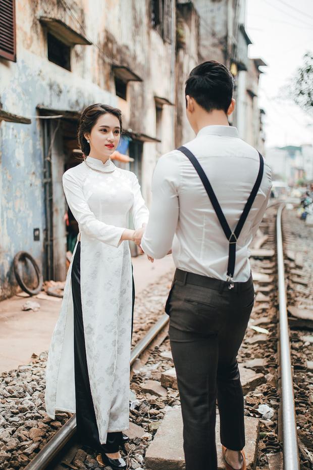 Trong tà áo dài trắng, ca sĩ gốc Hà Thành đã thể hiện những nét đẹp của một cô gái tuổi mới lớn, vô cùng e thẹn nhưng không kém phần cuốn hút.