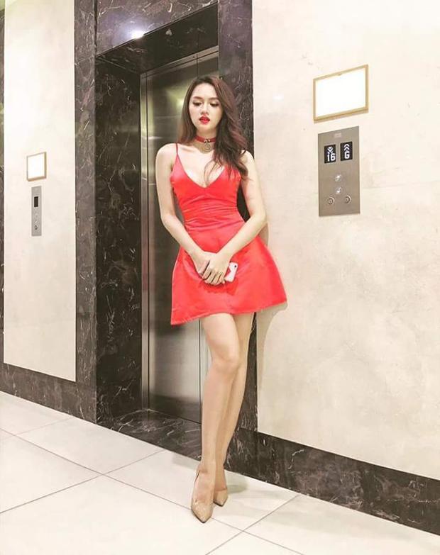 Sở hữu thân hình bốc lửa, tân Hoa hậu Chuyển giới không ngại khoe khéo vòng 1 cùng đôi chân thon dài trong những chiếc váy ngắn, trễ nải như thế này.
