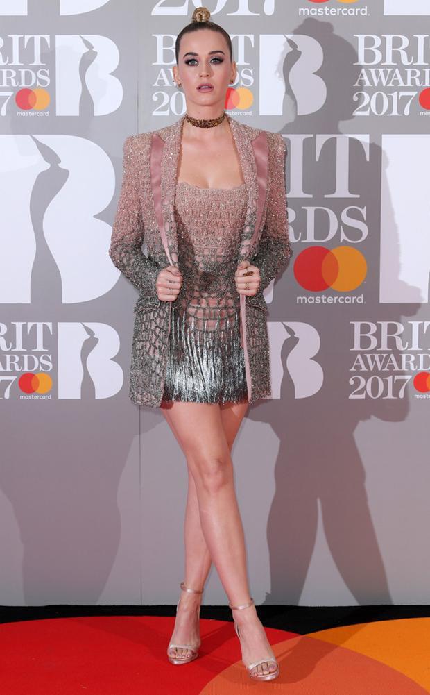 Katy Perry xuất hiện thon gọn trên thảm đỏ trong lễ trao giải danh giá.