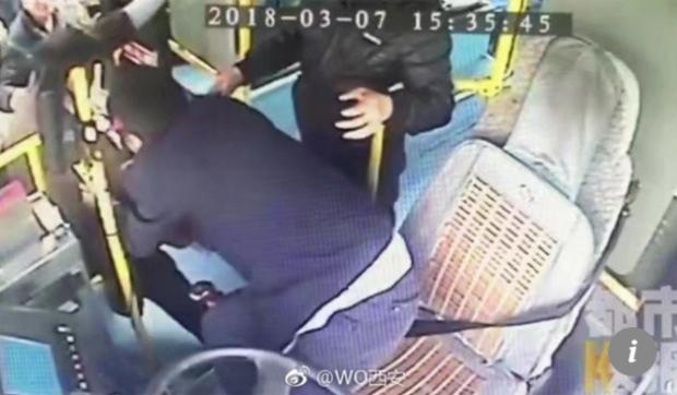 Tài xế Zhang không hề có ý định đánh trả mà chỉ cố gắng dịch chuyển người để tránh đòn.