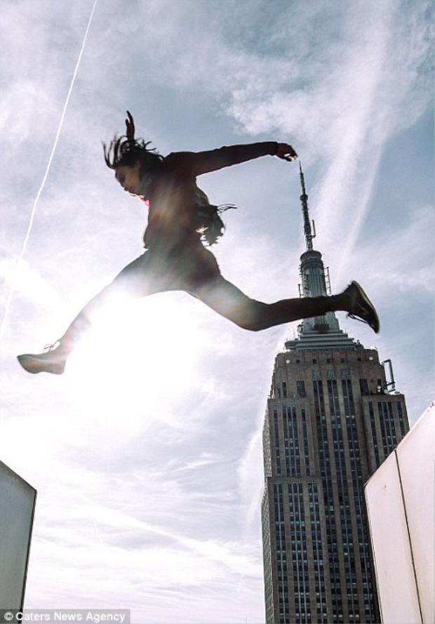 LiveJN có sở thích nhảy qua những khoảng trống giữa các tòa nhà cao tầng.