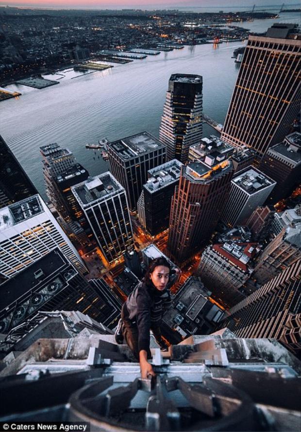 LiveJN đang bám vào nóc của một tòa nhà chọc trời tại Manhattan.