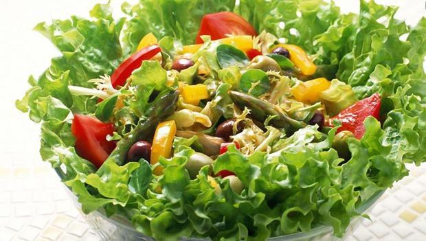 Đây là một trong những món salad hội tụ đầy đủ màu sắc, hương vị và chắc chắn sẽ kích thích vị giác của thực khách ngay từ miếng đầu tiên.