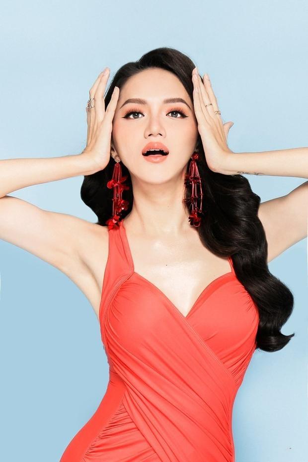 Mà ở cô còn hội tụ cả vẻ đẹp tài năng và tri thức khi cô được đánh giá là một trong những ca sĩ chuyển giới khá thành công trong nền âm nhạc cũng như làng giải trí Việt nói chung.