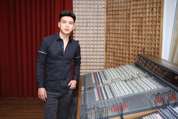 Hồ Quang Hiếu bảnh bao tại phòng thu.