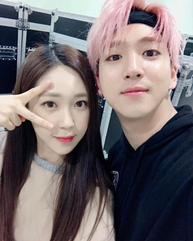 """Nếu bạn trót """"phải lòng"""" Baro thì nên biết nam ca sĩ còn có một cô em gái xinh xắn, đáng yêu là Cha Yoon Ji. Với ngoại hình lung linh, ai gặp phải cặp đôi này cứ là """"đổ ầm ầm"""" mà thôi."""