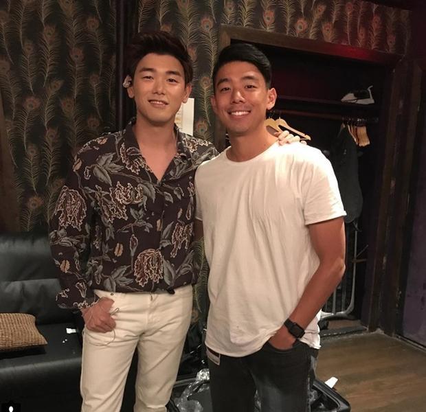 Cặp anh em Eric Nam - Eddie Nam với ngoại hình khá giống nhau, nhưng ông anh trai thường được cư dân mạng khen ngợi mang nhiều nét nam tính hơn.
