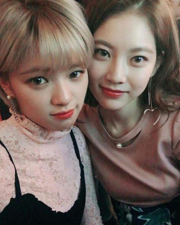 """Jung Yeon và Gong Seung Yeon là một trong những cặp chị em """"tài sắc vẹn toàn"""" nổi tiếng của showbiz Hàn. Cả hai rất thân thiết và thường xuyên hỗ trợ nhau trong công việc."""