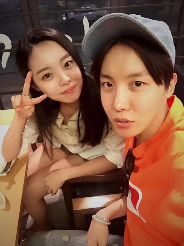 """J-Hope và chị gáiJung Dawon thường được khen ngợi đúng chuẩn """"con nhà người ta"""" khi cả hai không chỉ có nhan sắc hơn người mà còn rất giỏi giang, tự tay gây dựng sự nghiệp riêng."""