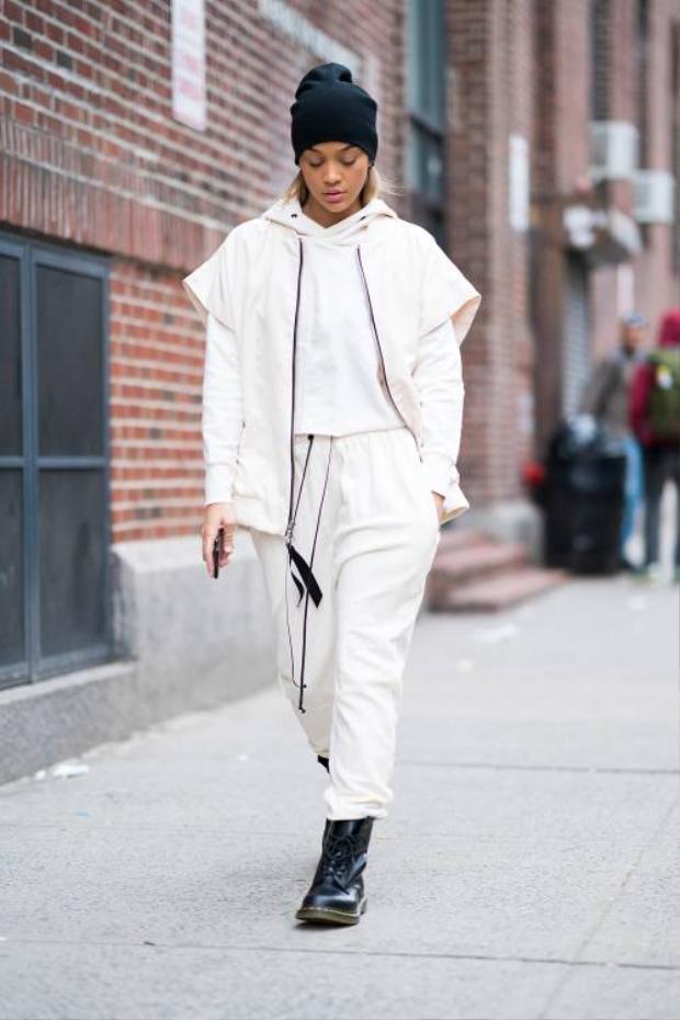 Hoặc nếu không biết phối màu sao cho đơn giản mà vẫn nổi bật, tín đồ thời trang có thể học hỏi nữ diễn viên Jasmine Sanders với cách phối cả cây trắng cùng đôi Dr. Martin đen làm điểm nhấn.