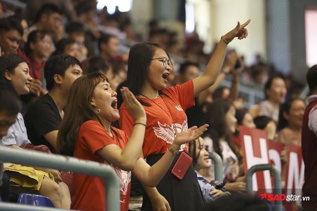 """Tất nhiên, không thiếu những """"fan cuồng"""". Trong ảnh, hai cô gái đến từ trường Hồng Bàng nhảy múa ăn mừng chiến thắng của đội."""