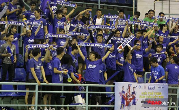 Các CĐV đến từ trường Đại học Bách Khoa. Lượng fan đông đảo, cổ vũ cuồng nhiệt luôn là một trong những điểm nổi bật của giải thể thao lớn nhất Việt Nam dành cho sinh viên này.